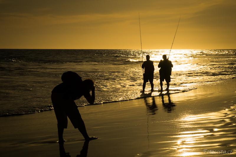 Siluety na pláži v Maspalomas.