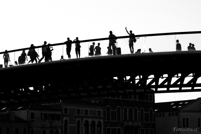 Lidské siluety na mostě na Plaza Roma v italských Benátkách.