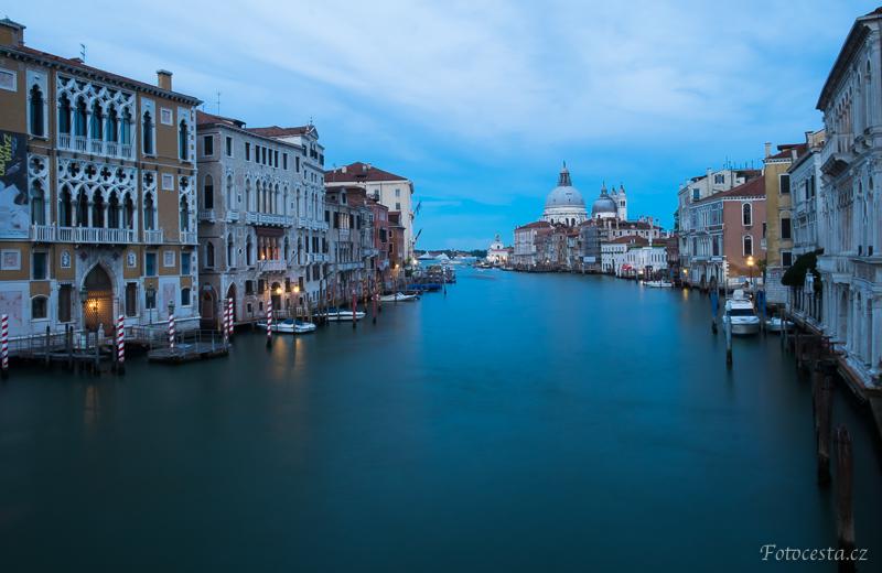 Italské Benátky během modré hodiny.