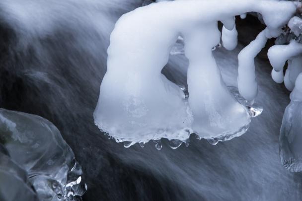 Detaily zamrzlého potoka.