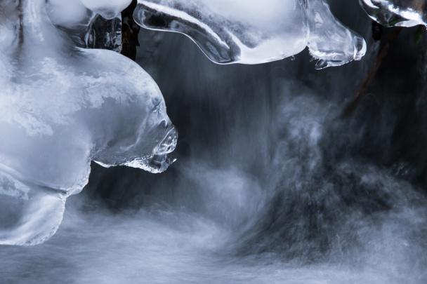 Ledové detaily zamrzlého potoka.