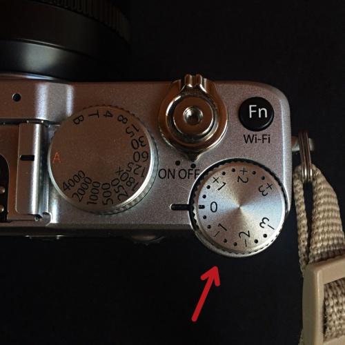 Otočný volič korekce expozice Fujifilm X-E2.