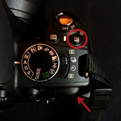Otočný volič u zrcadlovky Nikon D3100.