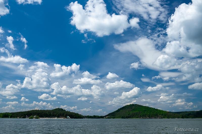 Mraky nad Máchovým jezerem.