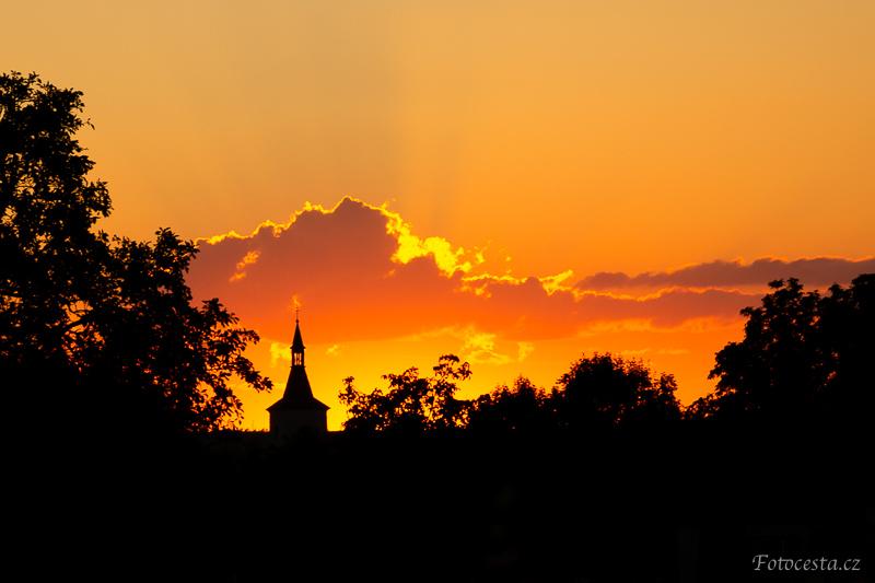 Silueta kostela při západu slunce.
