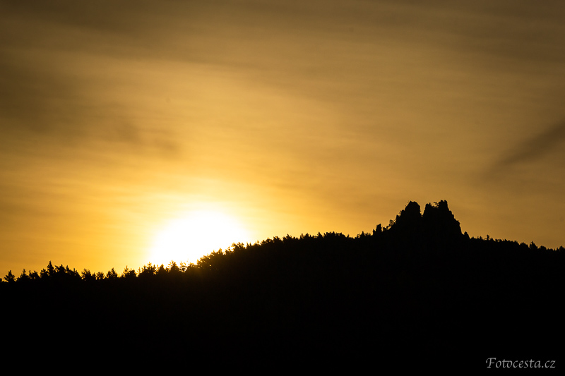 Silueta Suchých skal při východu slunce.