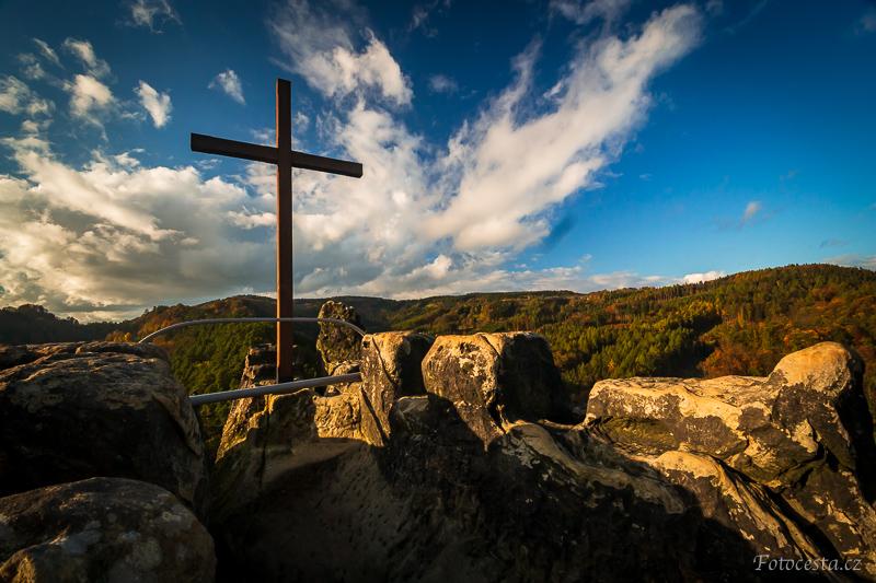 Kříž na nejvyšším místě hradu Vranov.