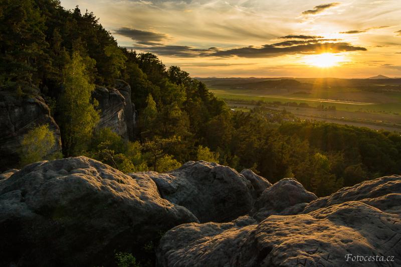 Západ slunce na skalách.