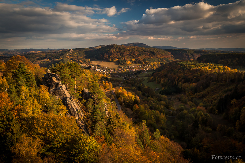 Výhled na Malou Skálu z hradu Frýdštejn.