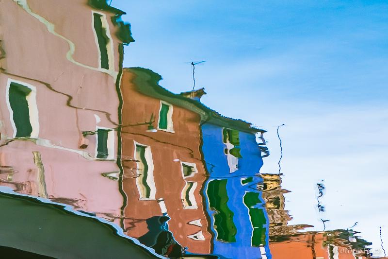 Odraz v kaluži na ostrově Burano.