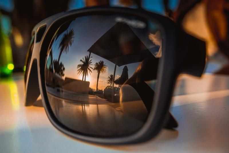 Odraz ve slunečních brýlích.