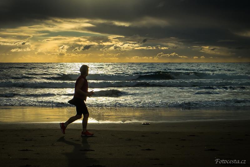 Silueta běžce na pláži v Maspalomas.
