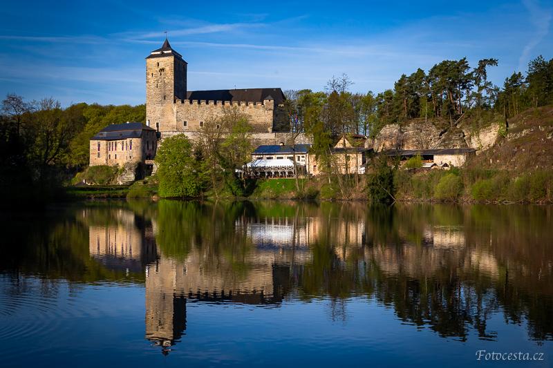 Zrcadlení hradu Kost na Bílém rybníce.
