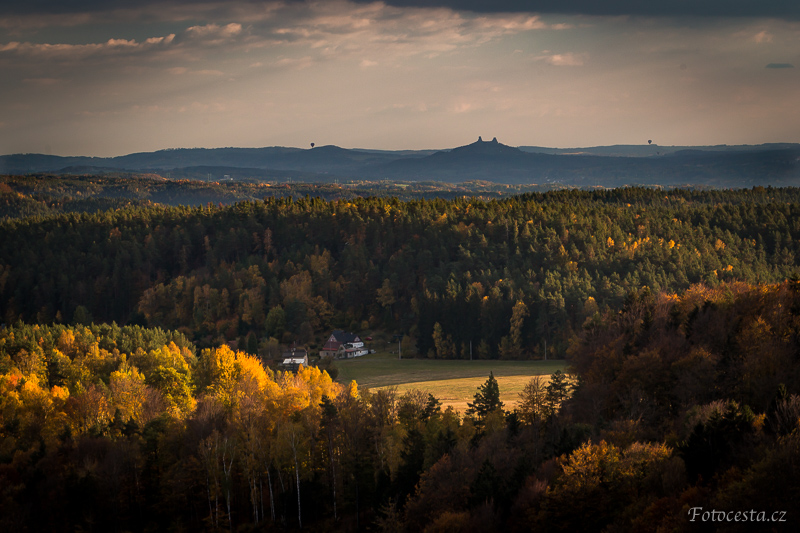 Výhled na Trosky z hradu Frýdštejn.