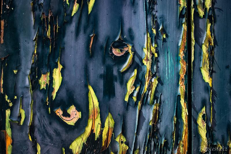 Detail dřevěných dveří.