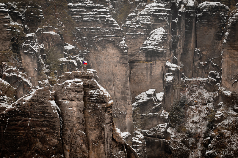 Skalní věž Mnich v Prachovských skalách.