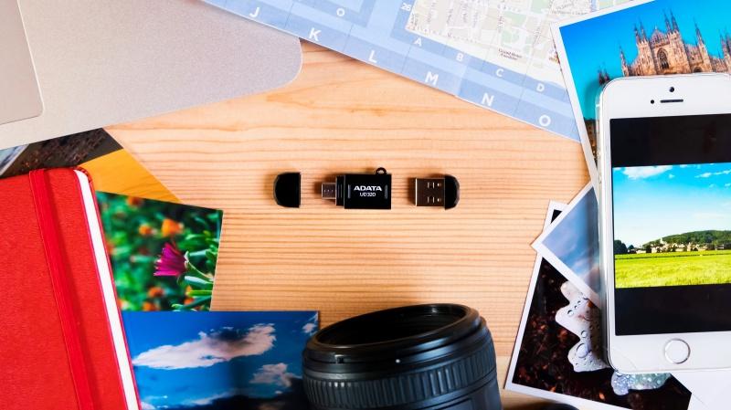 Kolekce ebooků Fotocesty na USB disku.