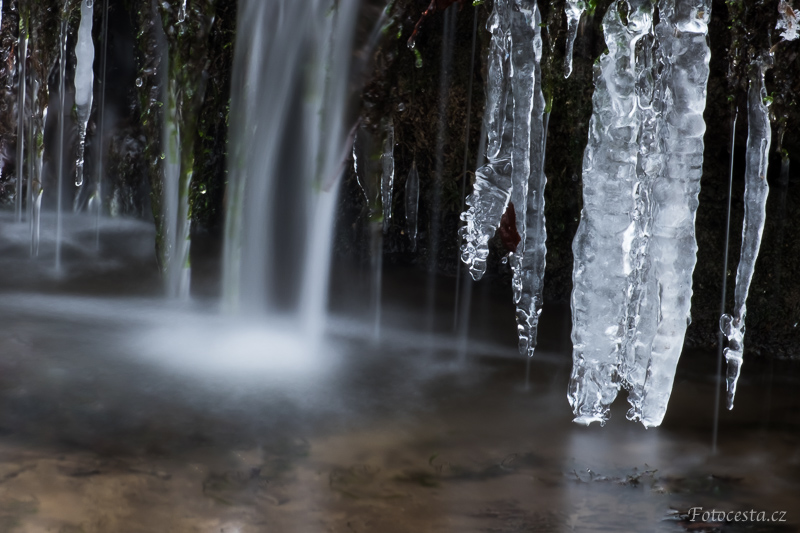 Led v potoce.